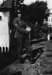El caporal Joan Juan Marí, de guàrdia a Riga, durant la seua convalescència en un hospital d´aquella ciutat. Era un eivissenc enrolat a la División Azul. Foto: extret de <em>Voluntarios baleares en la División Azul 1941-1944</em>.