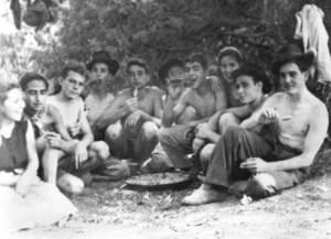 Un grup d´amics durant una vidassa amb motiu del Divuit de Juliol. Foto: Raymar.