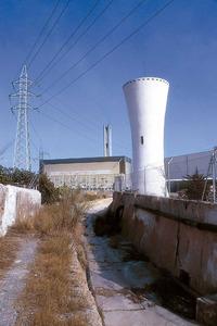 El torrent d´en Capità, al seu pas per la hisenda de can Dominguet. En primer terme, la torre de refrigeració de la primera central tèrmica. Al fons, la central nova. Foto: Raymar.