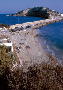 La desapareguda platja des Duros, a s´Illa Plana. Al fons, l´illa d´en Valarino (o illa Grossa) i el racó des Bol des Seclet. Foto: Raymar.