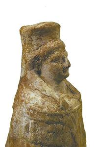 Art. Figura de terracota que representa Tanit amb el mantó alat. Foto: Joan Ramon Torres.