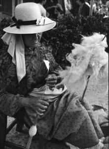 Etnografia i cultura popular. Una altra activitat secundària a l´explotació de la terra: el filat de la llana. Foto: cortesia del Museu Etnològic d´Eivissa i Formentera.