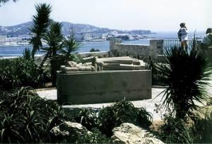 Corona d´Aragó. Reproducció de la tomba de Guillem de Montgrí, organitzador de la conquista catalana de 1235, situada al mirador de l´Ajuntament d´Eivissa. Foto: Rosa Vallès Costa.