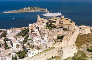 Municipi d´Eivissa. Vista aèria de Dalt Vila. En primer terme el baluard de Sant Jaume i després el de Sant Jordi. Foto: Vicent Marí.