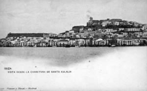 Port d´Eivissa. Una vista de la badia des de la carretera de Santa Eulària. Foto: Postal Unión Postal Universal / Arxiu Històric Municipal d´Eivissa.