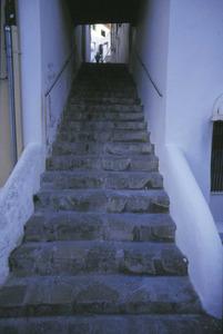 El carrer de s´Escala de Pedra, que uneix les places de Vila i del regent Gota-redona, a Dalt Vila. Foto: Vicent Marí.