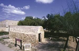 Església. La capella de Sant Val·lero, a Formentera, de la segona meitat del s. XIV. Foto Pins.