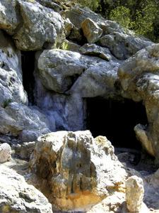 Sembla que un dels llocs de culte a Esmun fou la cova des Culleram, a Sant Vicent de sa Cala.