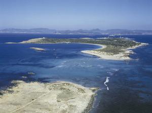 Vista aèria de l´illa de s´Espalmador, situada al N de Formentera, de la qual està separada pel pas des Trucadors. Foto Pins.