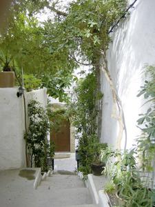 El carreró de l´Esperança; al fons, la porta de l´antiga capella de l´Esperança, del gremi de teixidors.