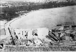 En aquesta foto encara es poden veure les dues estacades, que tancaven la part de ponent del raval de la Marina. Foto: extret de <em>Semblances Pitiüses</em> / <em>Diario de Ibiza</em>.