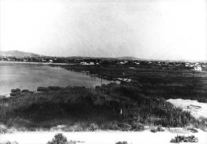 Es Prat, franja d´entre cinquanta i cent metres i el seu front marítim, la Barra, han estat urbanitzats amb nefastes conseqüències per a la seguretat del port.