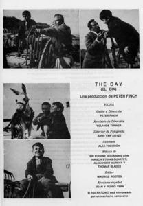 L´actor Peter Finch i l´al·lot Antoni Costa, en un moment del rodadge del curtmetratge <em>The Day</em>. Extret de <em>V Semana Cultural de Ibiza y Formentera</em>.