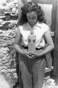 L´arqueòloga Matilde Font Sarriols, amb una troballa entre les mans.