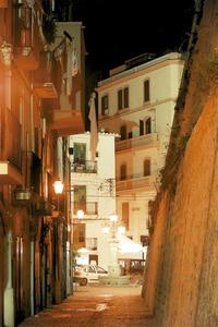 Vista nocturna de la plaça de sa Font, al barri de la Marina. Foto: Joan Antoni Riera.