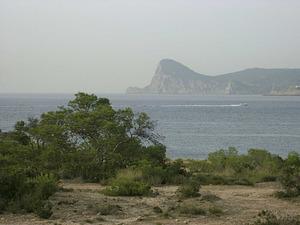 Vista de la costa de ses Fontanelles, a la banda S de la badia de Portmany. Foto: Chus Adamuz.