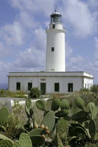 El far de Formentera o de la Molas, que s´inaugurà el 1861, es troba a 158 m sobre el nivell de la mar. Foto Pins.
