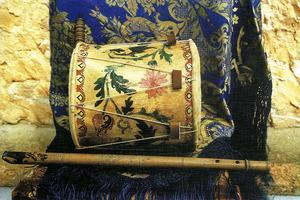 Formentera. Música. Flaüta, tambor i mantonet antics formenterers. Foto: Sandra Yern Ferrer.