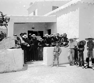 Formentera. Poblament. Dones i al·lots que esperen el correu en una escena de començament del s. XX. Foto: Centre Excursionista de Catalunya.
