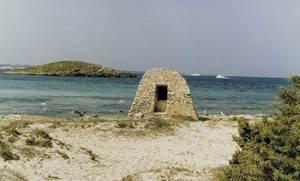 L´illa d´en Forn és situada a la banda de ponent de la punta de ses Illetes, Formentera; en primer terme, el pou de ses Illetes. Foto: Zenó Gàsser.