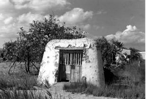 Un portal de feixa fotografiat per George Mcclelland Foster durant la seua estada a Eivissa, l´any 1950. Foto: George Mcclelland Foster.