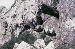 Entrada de la cova des Fum. Les troballes d´aquesta cova han permès conèixer diversos períodes de la prehistòria i de l´edat mitjana a Formentera. Foto: Museu Arqueològic d´Eivissa i Formentera.