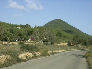 El puig Gros, al poble de Sant Jordi de ses Salines, que assoleix els 419 m d´altura. Foto: EEiF.