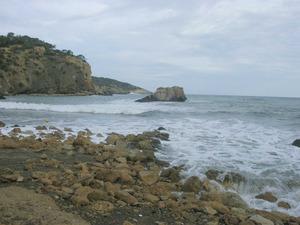 La penya Grossa, illot situat davant la platja de Xarraca. Foto: Felip Cirer Costa.