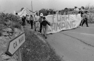 Manifestaci&oacute; el 1992 contra el c&agrave;mping que es volia fer as ca Mar&iacute;, organitzada pel Grup Balear d´Ornitologia i Defensa de la Naturalesa &ndash;GOB Formentera. Foto: Vicent Mar&iacute; / <em>Diario de Ibiza</em>.