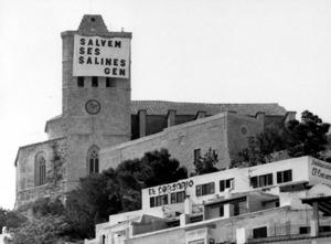Gran pancarta a la Catedral signada pel Grup d´Estudis de la Naturalesa durant la campanya Salvem ses Salines. Foto: Joan Lluís Ferrer Colomar.