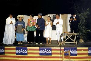 """A dalt, el Grup de Teatre des Cubells, l´any 2002, durant la representació de l´obra <em>Una que no volia pastar</em>. Foto: Vicent Ribas """"Trull""""."""