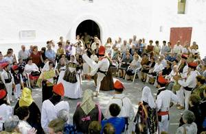 Actuació de sa Colla de l´Horta davant la porta de l´església de Jesús. Foto: Moisés Copa.