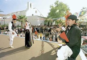 El Grup de ball pagés de sa colla de Sant Carles actuant durant unes festes patronals. Foto: Joan Antoni Riera.