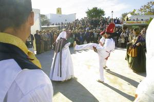 El Grup de balls tradicionals de Santa Gertrudis en una actuació davant l´església del poble. Foto: Vicent Marí.