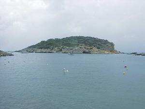 L´illa de sa Guardiola tanca pel N del port de Portinatx. Foto: Felip Cirer Costa.