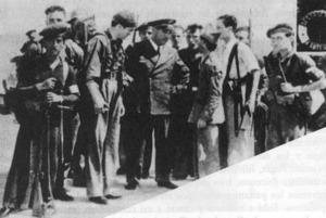 Els capitans Uribarry i Bayo dialogant amb les escasses forces que trobaren a Formentera, al començament de la Guerra Civil Espanyola.