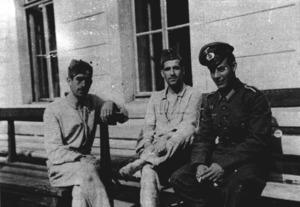 Segona Guerra Mundial. A la dreta, el combatent eivissenc Joan Marí Juan, amb l´uniforme de la División Azul, convalescent a l´hospital de Vilna. Extret de <em>Voluntarios Baleares en la División Azul y Legión Azul 1941-1944</em>.