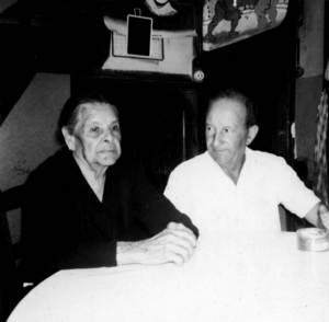 El sindicalista i polític Agustí Gutiérrez Serra el 1967, amb la seua mare. Foto: cortesia de la família Gutiérrez.