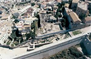Vista aèria del solar que ocupa l´Hospital Vell a Dalt Vila, després de la demolició de l´edifici el 1996. Foto: Ángeles Martín Parrilla / Rosa Gurrea Barricarte.
