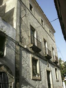 La Il·lustració. Façana de la casa de la Reial Hisenda, al carrer Major de Dalt Vila. Foto: Josep Cardona Riera.