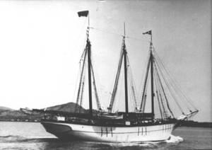 La goleta Isabel, construïda a Eivissa l´any 1918, sortint del port.