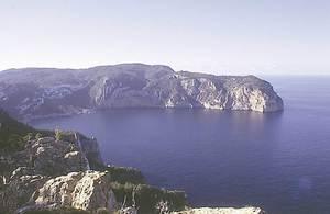 El cap d´Albarca, on es troba la cova d´en Jaume Orat. Foto: Joan Ramon Torres.