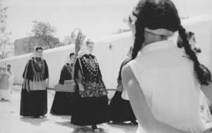 Parròquia de la Mare de Déu de Jesús. Processó a mitjan dels anys cinquanta del s. XX, amb la nau de l´església, al fons. Foto: cortesia de la família Pasqual.