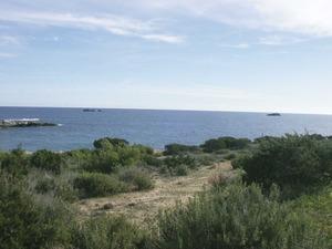 Els esculls d´en Lledó, situats davant la platja de s´Estanyol, a la costa de Jesús. Foto: Felip Cirer Costa.