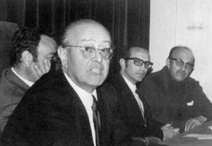 Josep Maria Llompart i de la Penya el 1973 al teatre de l´Escola d´Arts i Oficis, durant la presentació del primer número de la revista <em>Eivissa</em>, acompanyat per Enric Ramon, Cristòfol Guerau d´Arellano i Josep Zornoza.
