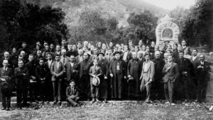 La pelegrinació eivissenca al santuari de la Mare de Déu de Lluc de l´any 1932, presidida pel bisbe Salvi Huix. Foto: Arxiu Històric de la Pabordia d´Eivissa.