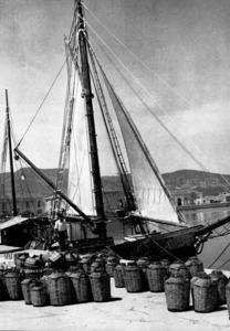 El <em>Rafael Verdera</em> al port d´Eivissa. A l´esquerra, al fons, es veu l´edifici de Luz y Energía. Foto: Hans Helfritz / <em>Eivissa - cent anys de llum i ombra.</em>