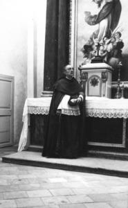 El canonge Isidor Macabich i Llobet davant l´altar de la Puríssima. Col·lecció de Neus Riera Balanzat.