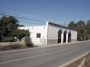 La botiga de can Magdalè, a la vénda de Santa Maria, del poble de Santa Gertrudis de Fruitera. Foto: Felip Cirer Costa.