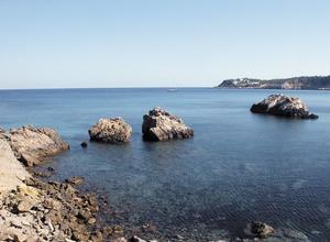 Les penyes de Mallorca, esculls situats davant la platja de Xarraca. Foto: Felip Cirer Costa.
